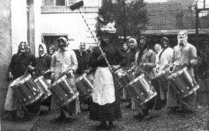 Der Tambourenverein Luzern am Güdismontag 1913 – bereits damals voll maskiert